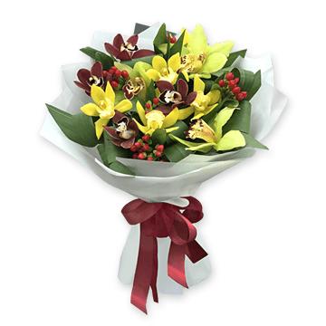 Букет из орхидей с гиперикумом