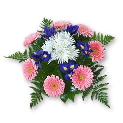 Букет из ирисов, гербер и хризантем, украшенный зеленью