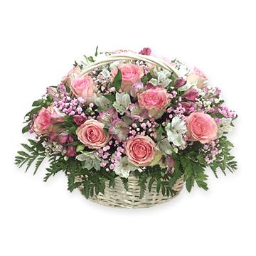 Корзина с розами и альстромериями