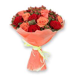 Букет з троянд і гиперикума
