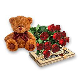 Мишка с розами и конфетами