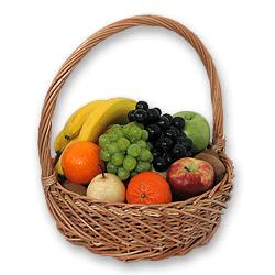Кошик з фруктами