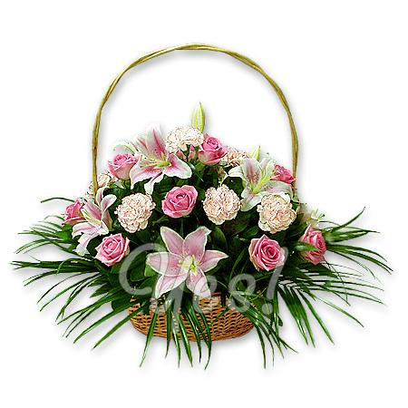Корзинка с розами, лилиями, гвоздиками в Хургаде