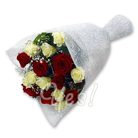 Букет з червоних і білих троянд прикрашений гипсофилой у Подгориці