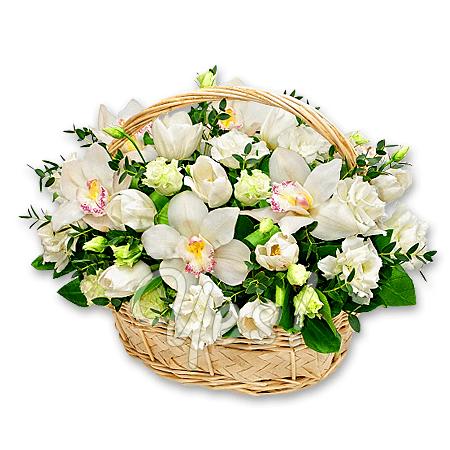 Корзина с орхидеями, тюльпанами, лизиантусами