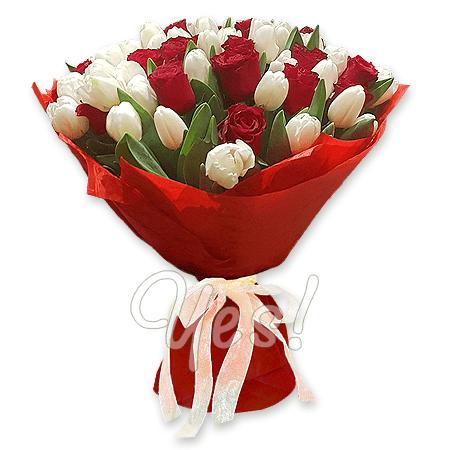 Букет из красных роз и белых тюльпанов