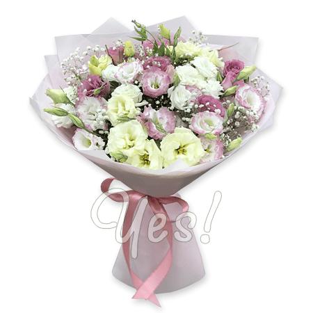 Букет из белых и розовых лизиантусов