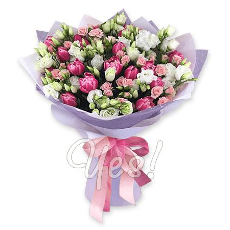 Букет из тюльпанов, кустовых роз и лизиантусов.