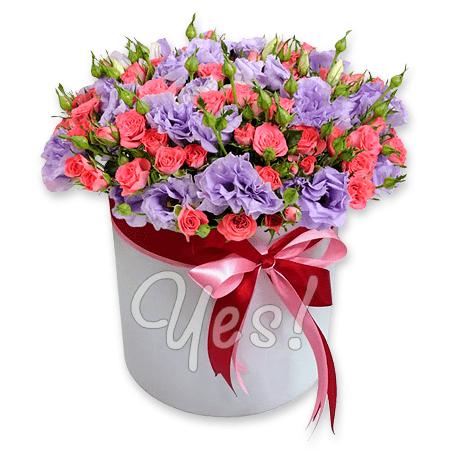 Кустовые розы и лизиантусы в шляпной коробке в Будапеште