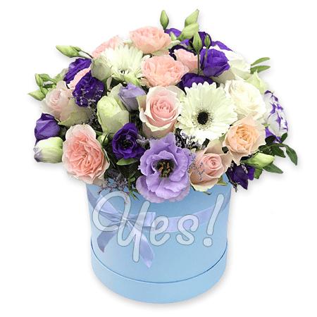 Лизиантусы, розы, герберы в шляпной коробке