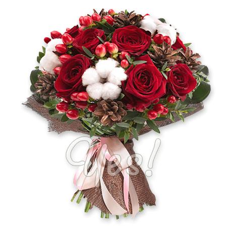 Рождественский букет из роз, гиперикума и новогодних украшений в Хургаде